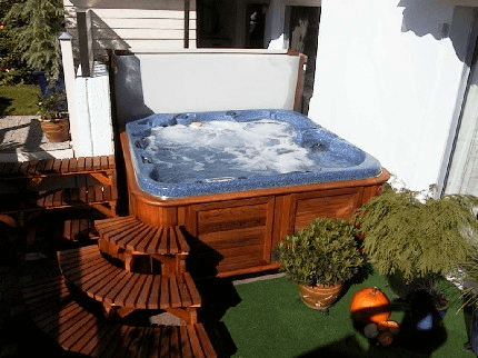 arctic-spas-hot-tub-tucked-in-corner